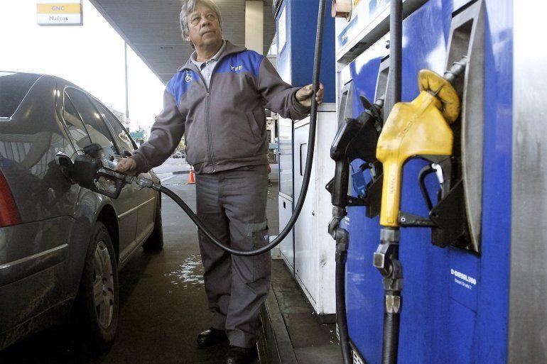 YPF anunció una leve baja en la nafta y aumentará el diesel
