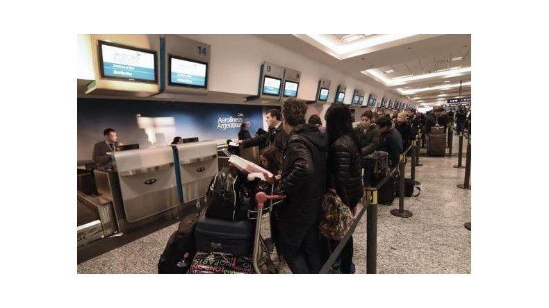 Demoras en los aeropuertos del país por una medida gremial