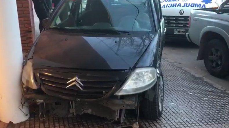 Violento choque en San Luis y Larrea: un auto terminó arriba de la vereda