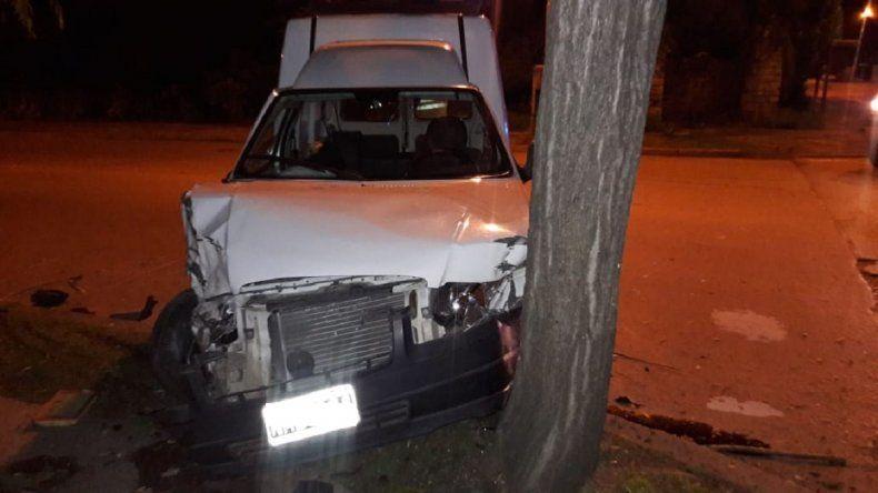 Un hombre resultó herido tras chocar con una camioneta y un poste de luz