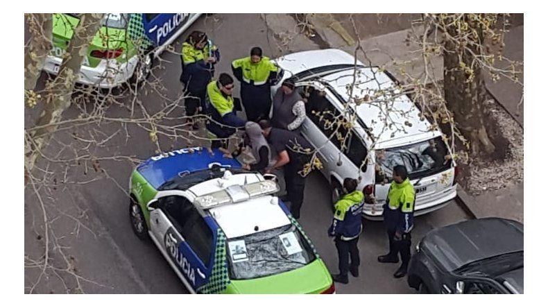 Le robó el celular a una mujer en la Plaza Mitre y armó un revuelo policial
