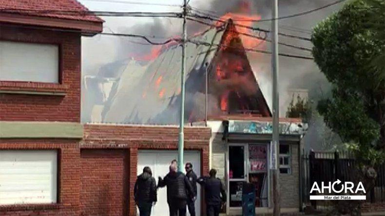 Se prendió fuego una casa en Parque Luro: dos bomberos heridos