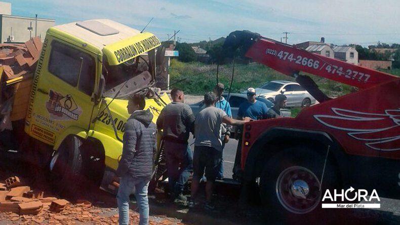 Un camión que transportaba ladrillos chocó contra un poste de luz en la Ruta 11