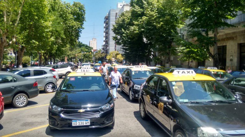 Taxistas y remiseros reclaman un aumento de 42,8% en la tarifa