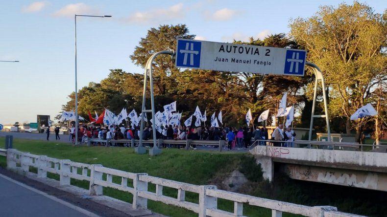 Organizaciones sociales cortan la Autovía 2 en el ingreso a Mar del Plata