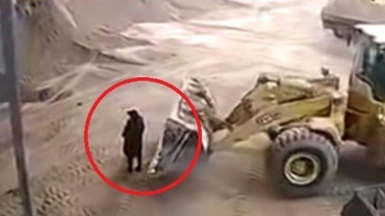 Video: una pala mecánica atrapó por error a una mujer y la mató
