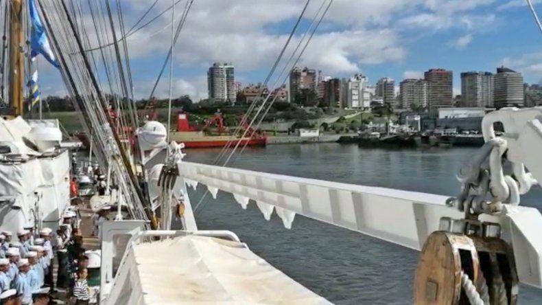 Video: la Fragata Libertad llegó a Montevideo y está más cerca de Mar del Plata