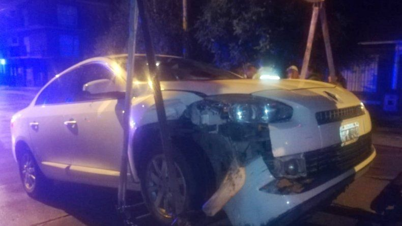 Manejaba borracho y chocó contra un auto estacionado
