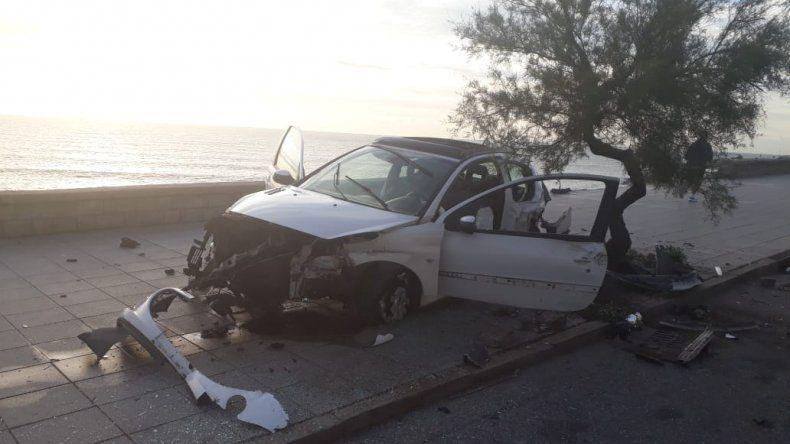 Chocó contra un paredón, un árbol y abandonó el auto destrozado en la costa