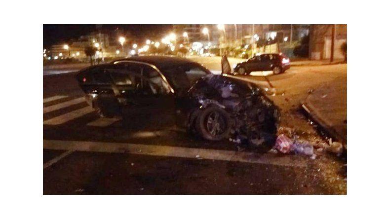 Despistó con su BMW e impactó una garita de colectivo en Falucho y la Costa