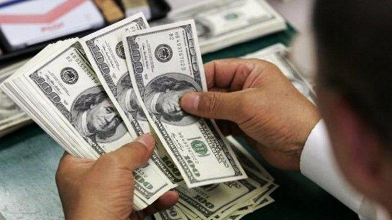 """El dólar cerró a 57 pesos en el Banco Nación y la brecha con el """"liqui"""" llega al 19%"""