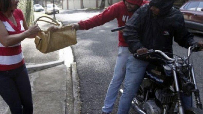 Aprobaron una ley que busca frenar los robos de motochorros en la Provincia