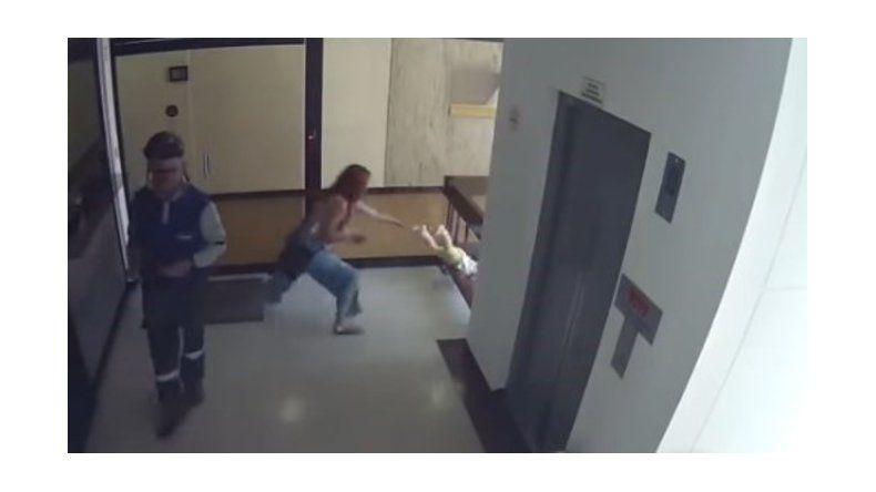 Video: la mamá se distrajo con el celular, su hijo cayó al vacío y lo salvó en el último segundo
