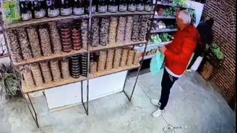 Video: así roban en una frutería de la vieja terminal