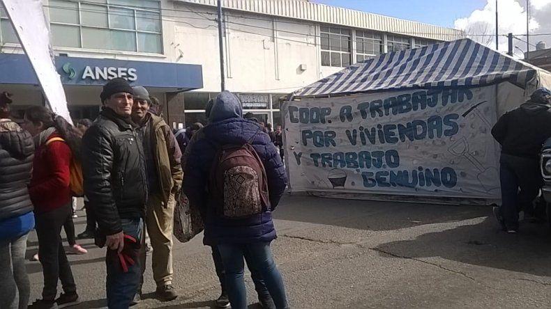 Organizaciones sociales realizaron un corte frente a la Anses de Luro y Jara