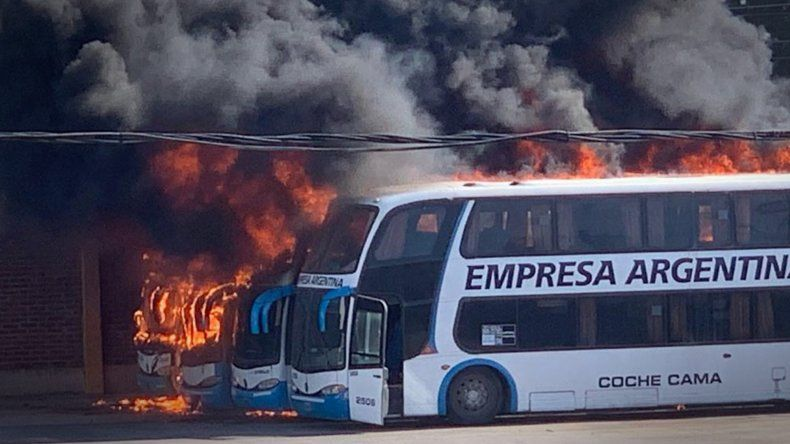 Las fuertes imágenes del incendio de los micros de Empresa Argentina