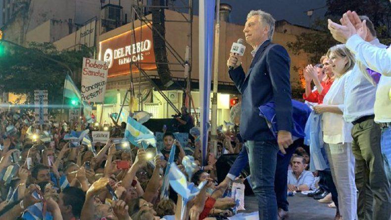 """Video: Macri le besó el pie a una señora en Tucumán y la llamó su """"Cenicienta"""""""