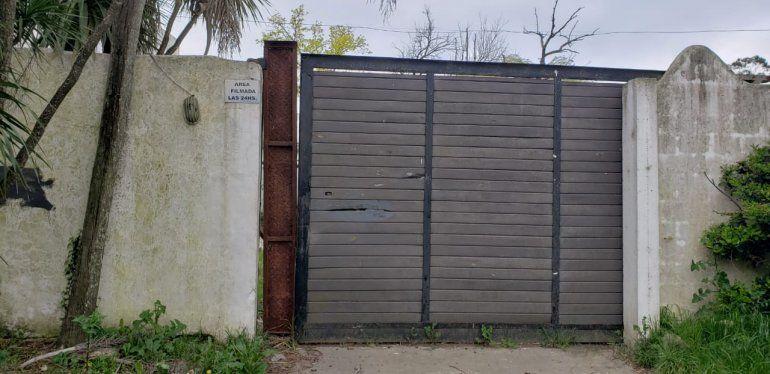 El portón que abrieron delincuentes para robar elementos de valor.