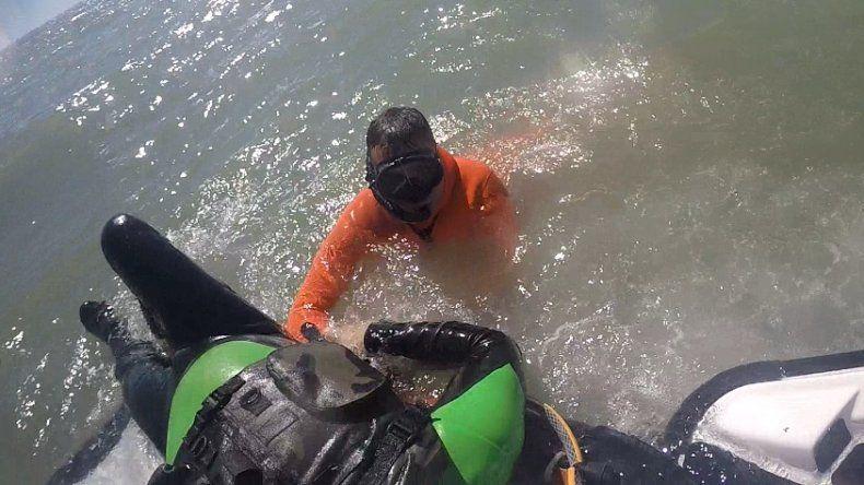 Rescataron a un kayakista a unos 200 metros de la costa