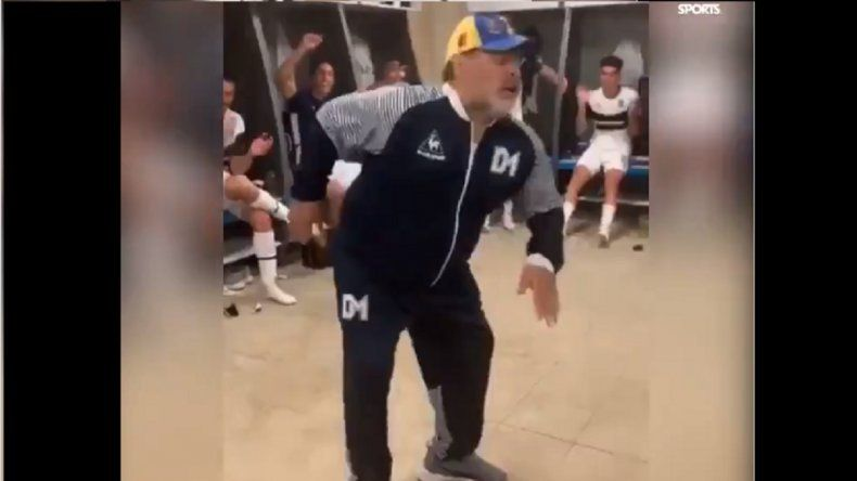 Video: El espectacular festejo de Maradona con paso de baile en el vestuario