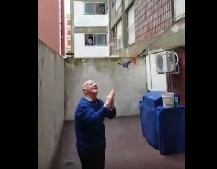 Video: he lives alone, he turned 95 and his neighbors sang happy birthday to him from the balconies
