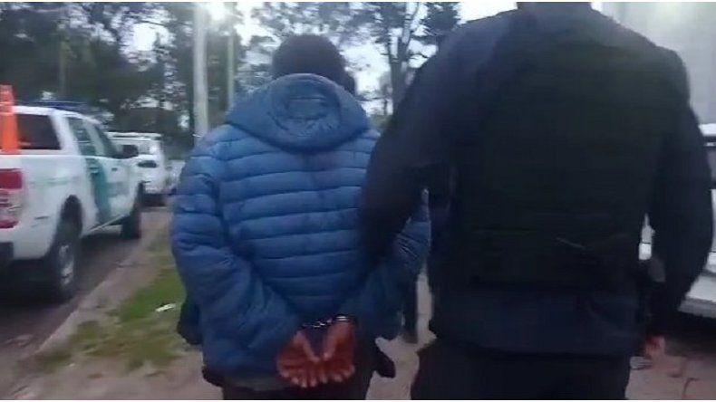 Vecinos salieron a defender a dos delincuentes y atacaron a piedrazos a la Policía