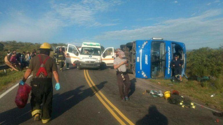 Volcó un colectivo en Córdoba: hay al menos 4 heridos graves
