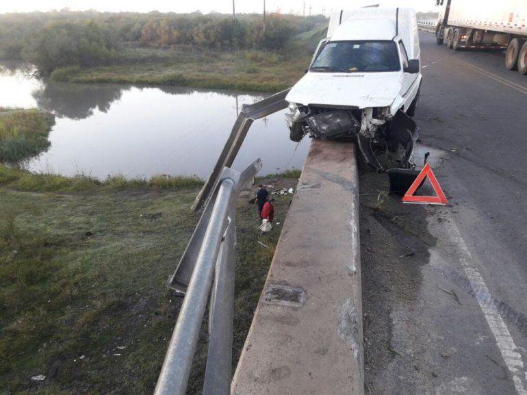 Impactante choque de una camioneta en un puente de la Ruta 20