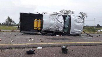 Una camioneta despistó y volcó en la mano contraria