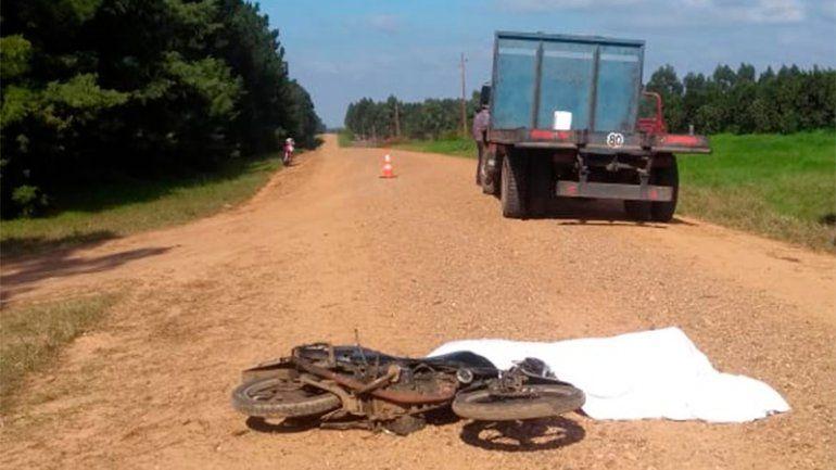 Joven motociclista murió tras chocar contra un camión