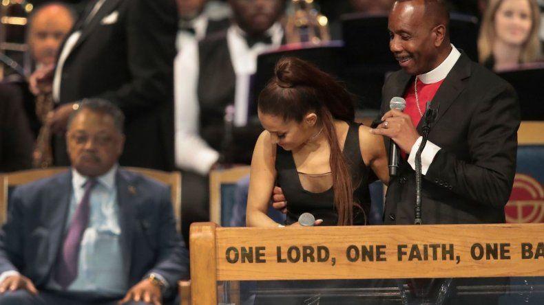 Video: el momento en que un pastor manosea a Ariana Grande