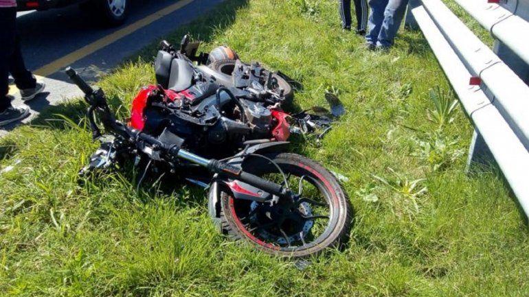 Motociclista se durmió, chocó el guardarraíl y quedó internado grave