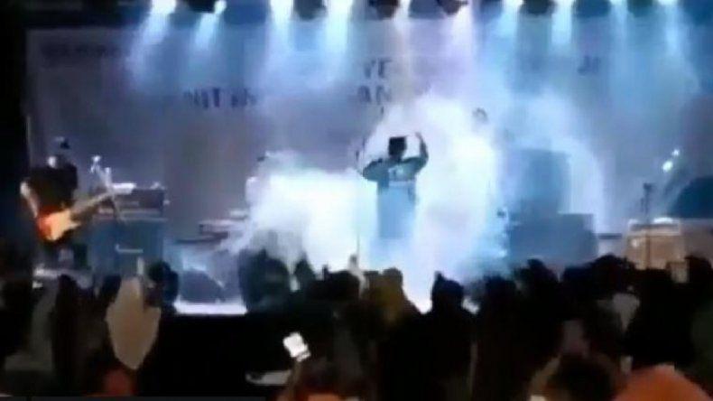 Video: el momento en que el tsunami arrasa con un recital en vivo