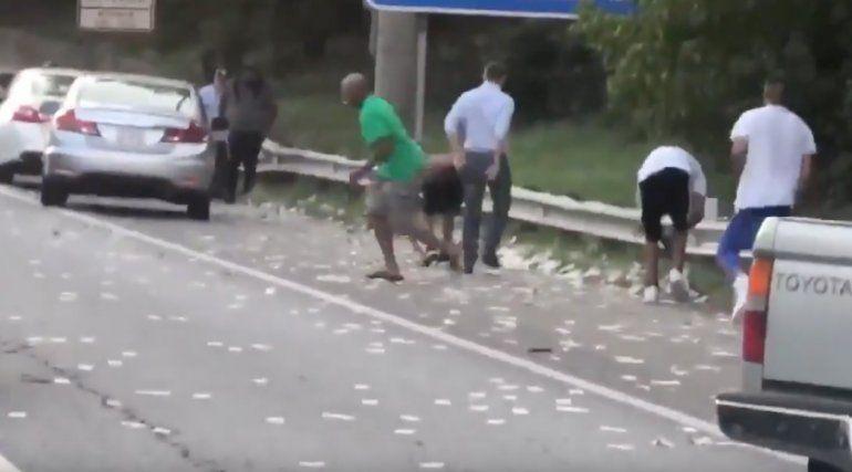 Video: un camión blindado perdió USD 175.000 y la gente los juntó de la calle