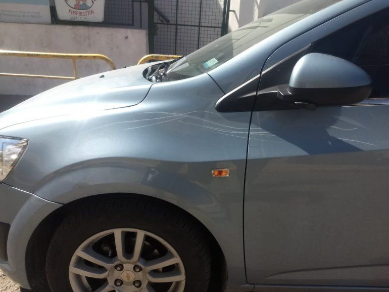 Un trapito se enojó con una conductora y le rayó el auto