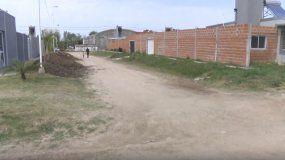 Vecinos del barrio 44 Viviendas piden asfalto y luminarias