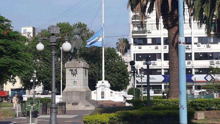La bandera de la Plaza de Mayo luce a media asta, por la muerte de Maradona
