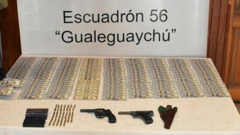 Viajaba en micro por Entre Ríos con dos armas, municiones y 15 mil dólares