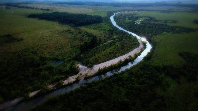 Buscan en un arroyo a un entrerriano que pescaba en medio del temporal